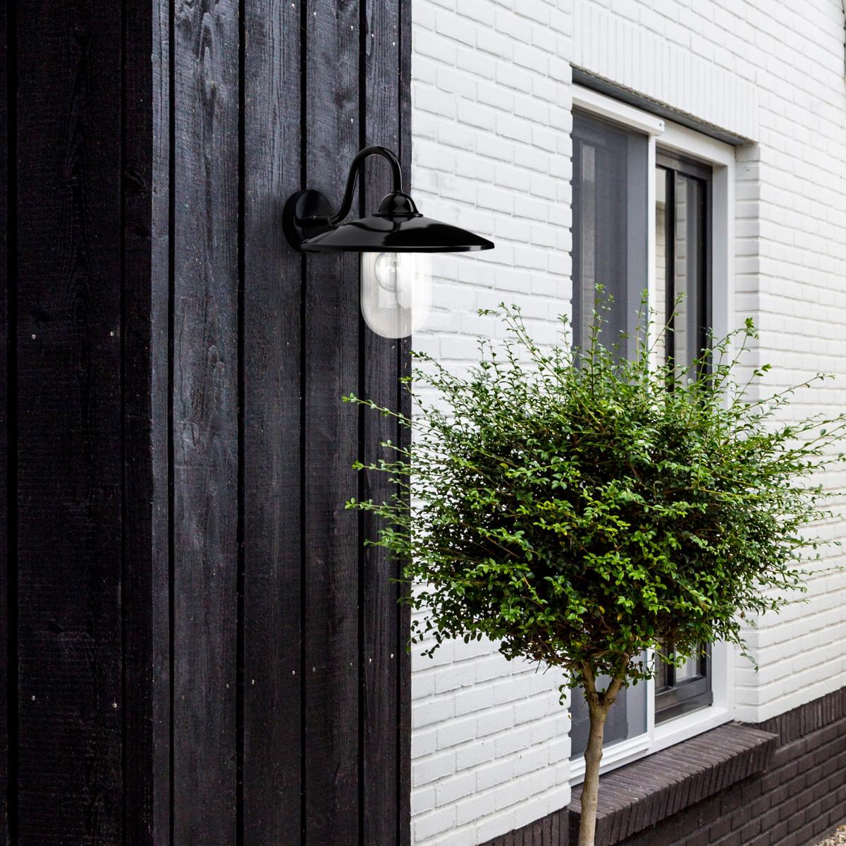 Hoflampe Brig Hochglanz Schwarz, diee Außenwandleuchte  hat einen schlichten, ländlichen Touch