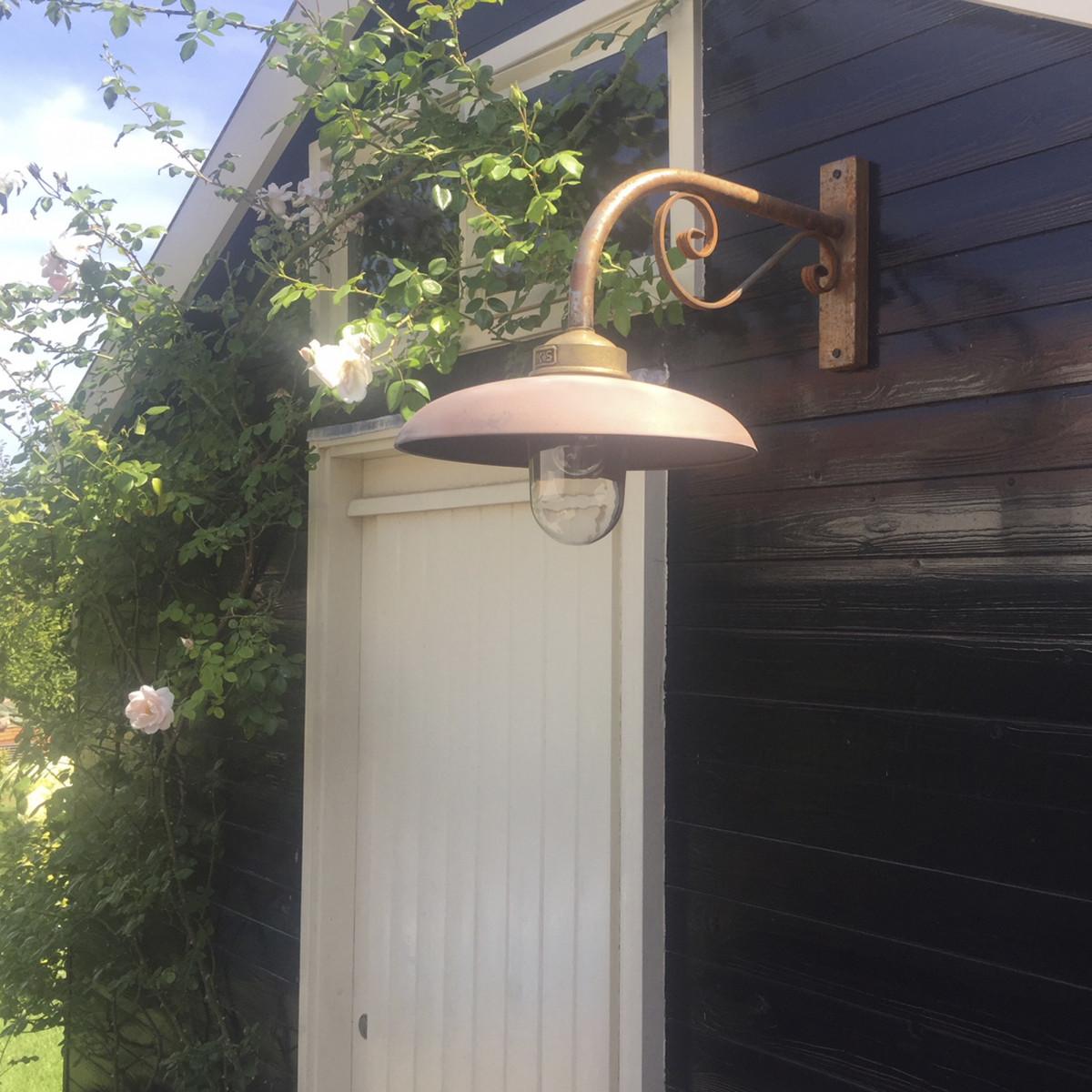 Ländliche Hoflampe im Industrial-Stil